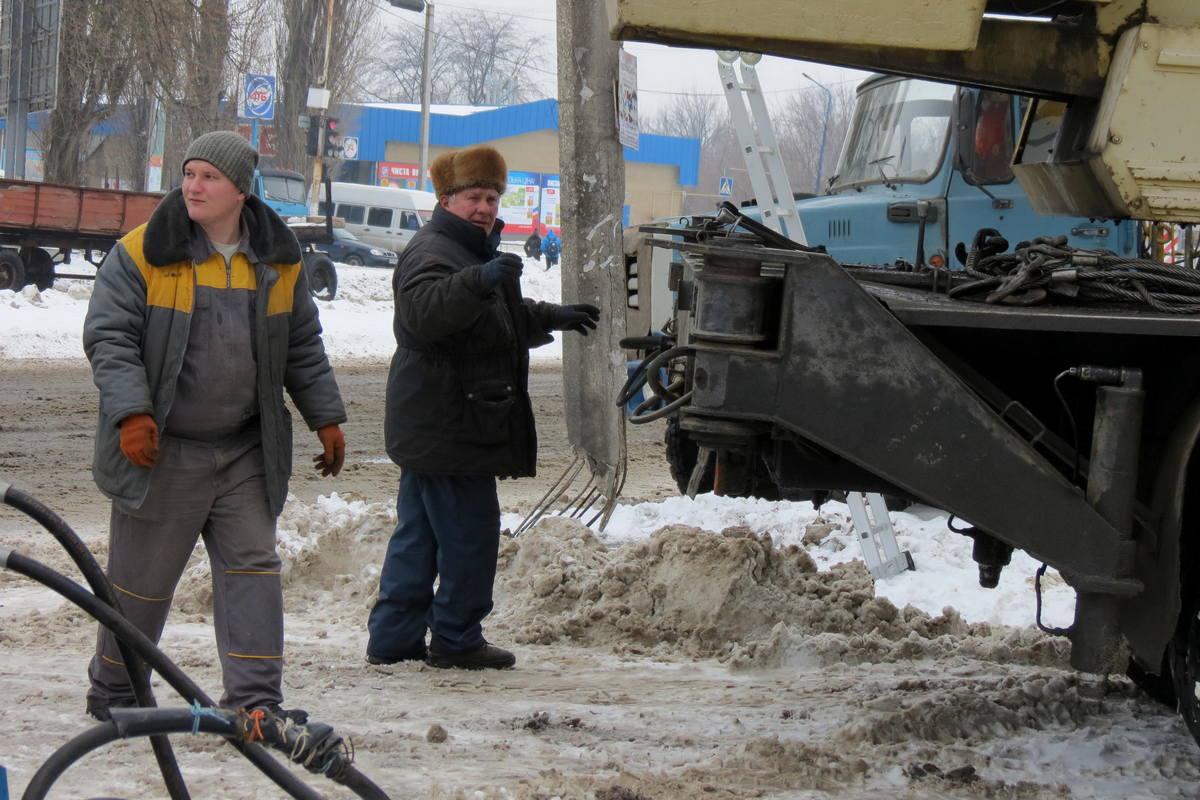 Около двух недель аварийный столб простоял над дорогой
