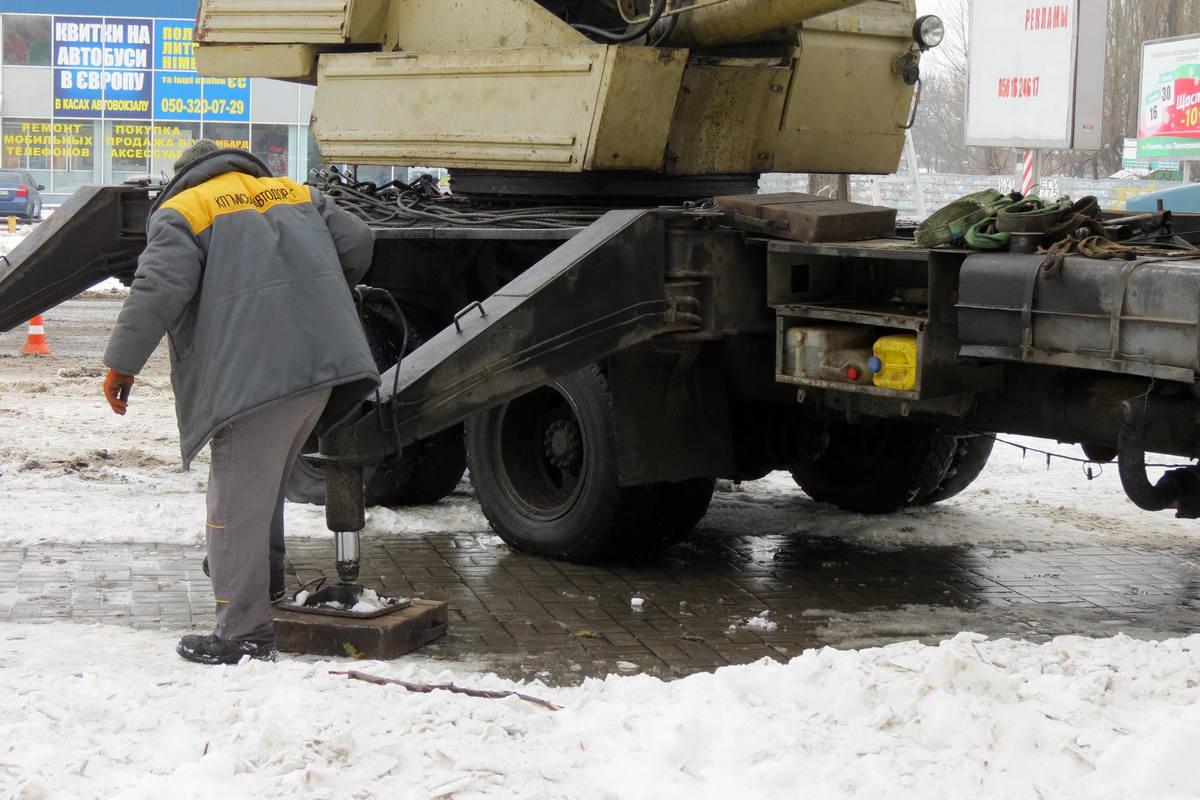 Рабочий процесс во время демонтажа аварийной опоры