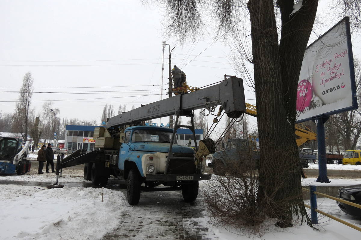 В Никополе демонтируют аварийный столб около автовокзала