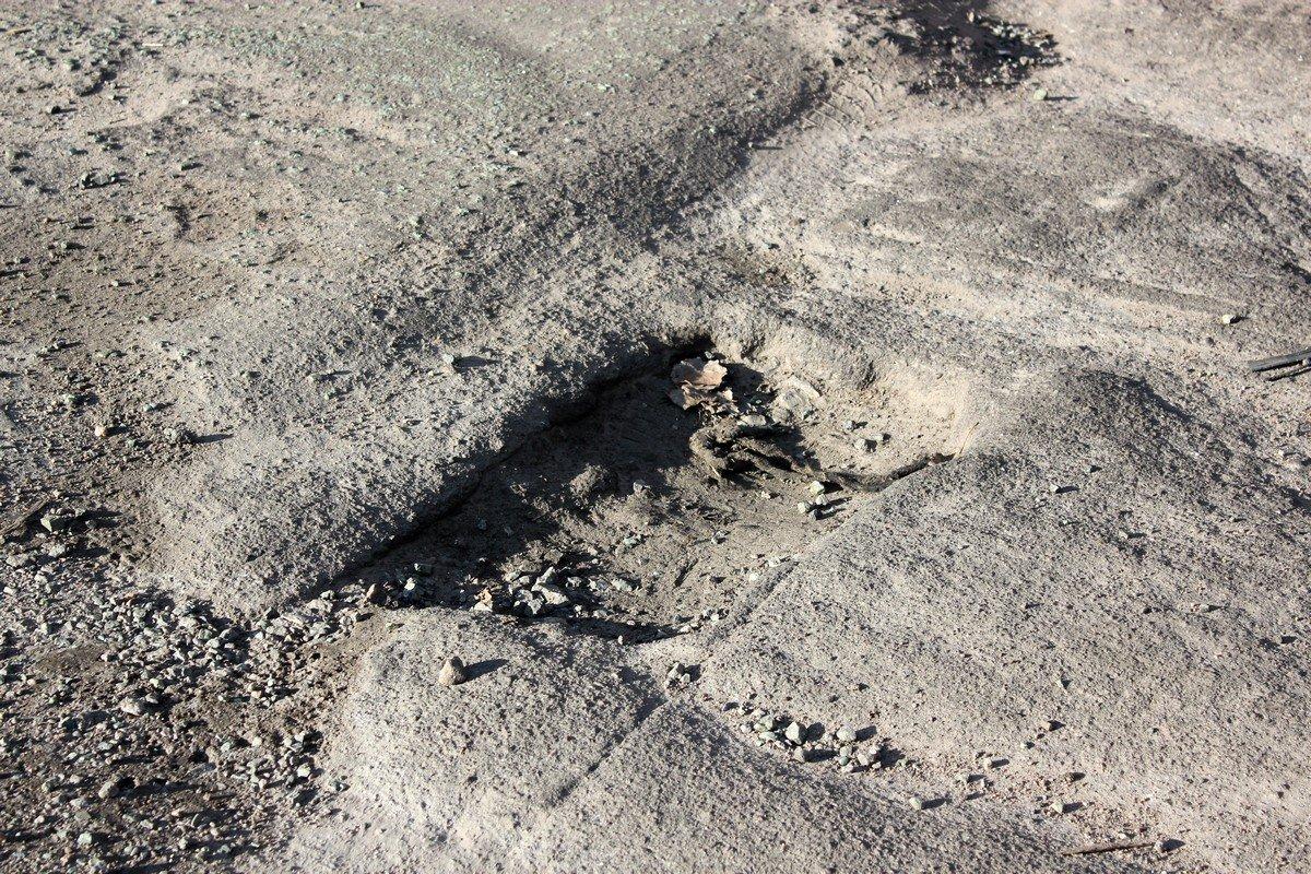 Глубокие ямы перед укладкой асфальта прогревают