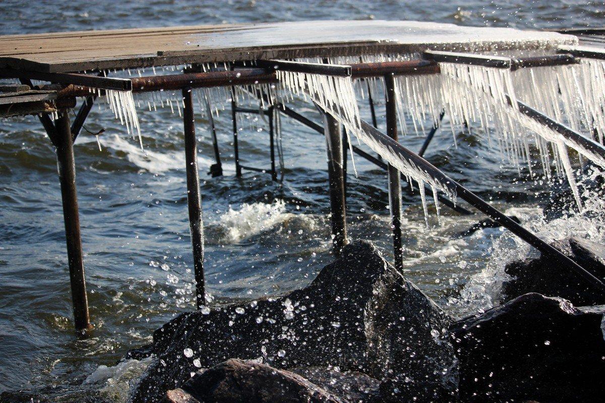 Замерзшие брызги волн похожи на разбитый хрусталь