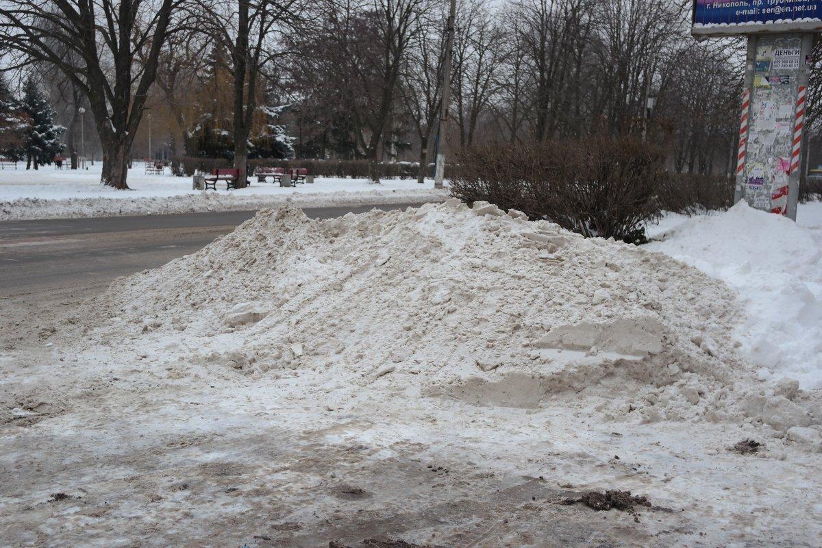 После расчистки дорог остались кучи снега