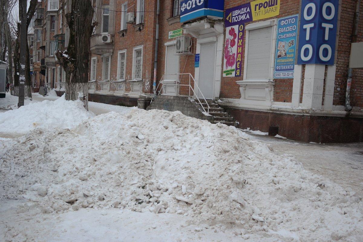 В Никополе на центральных улицах лежат горы снега