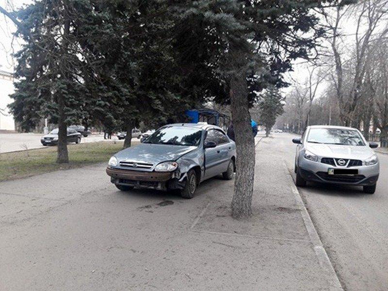 Автомобиль Chevrolet вылетел на тротуар