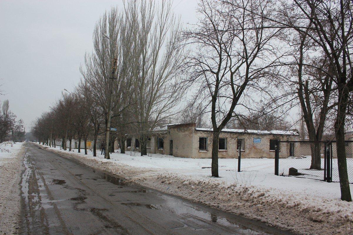 Разрушенное здание во дворе школы