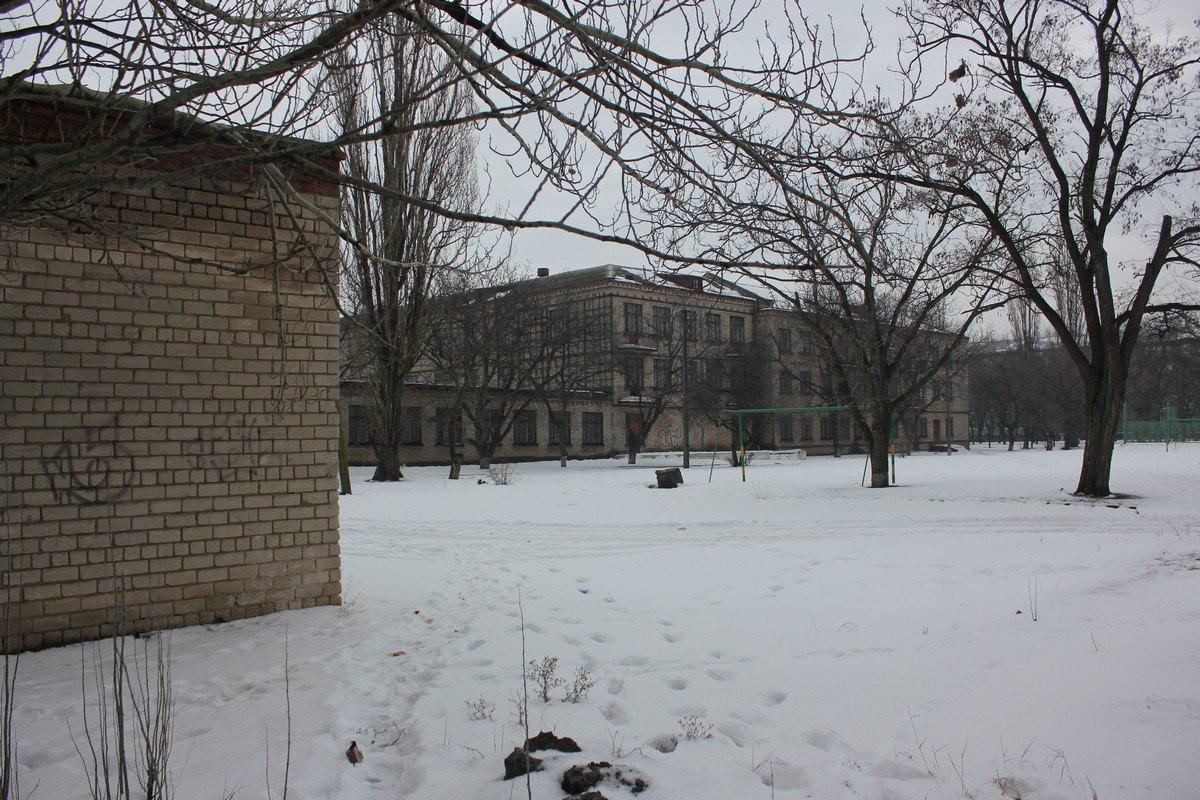Разрушенное здание во дворе 26 школы