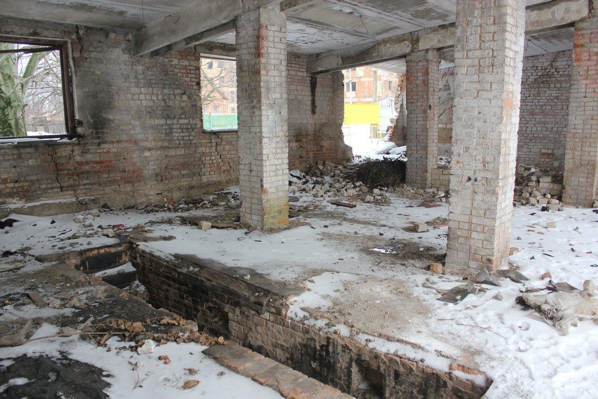 Большое помещение пустует и разрушается