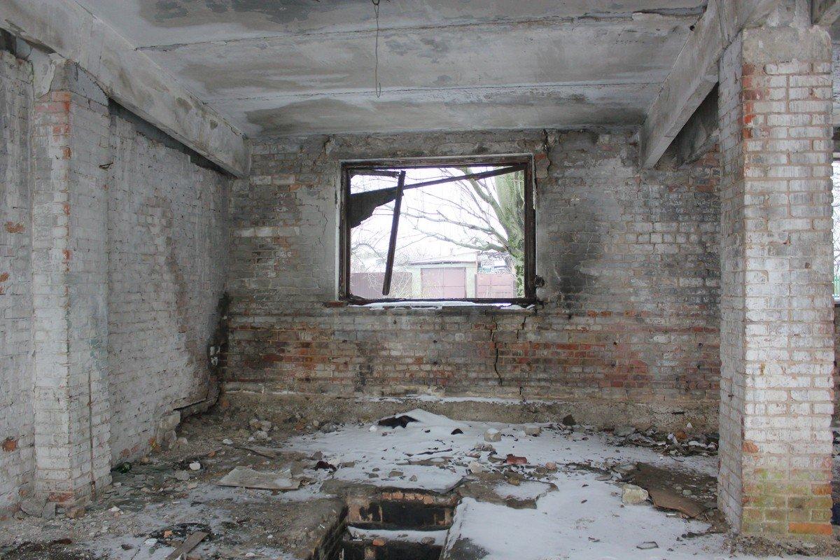 Здание разворовали, теперь оно рушится