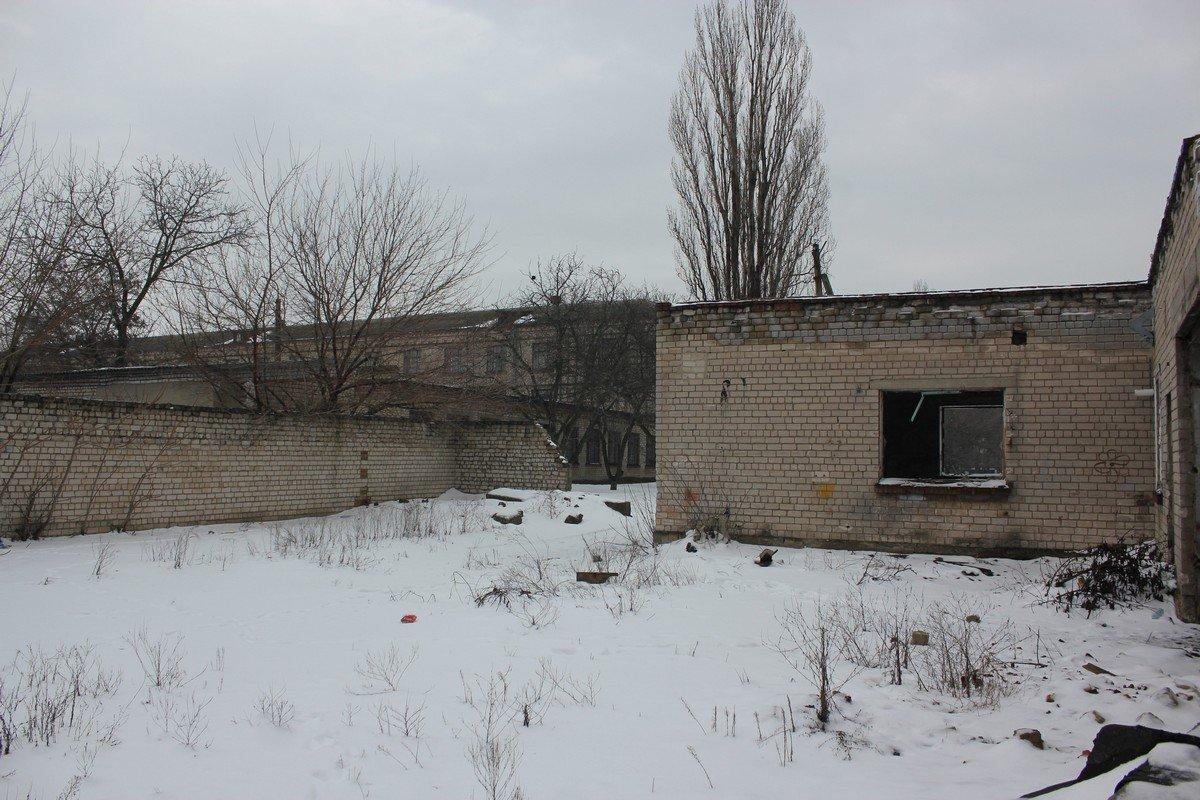 Разрушенное здание не территории школы