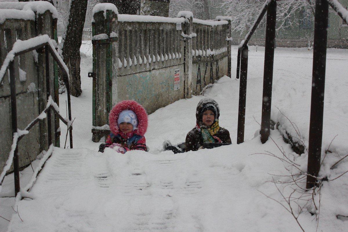 Информатор под прицелом - дети играют в снежки