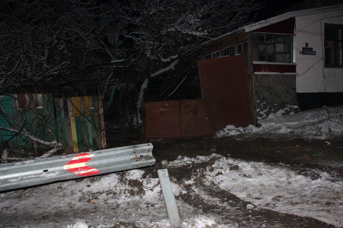 Автомобиль скатился во двор частного дома