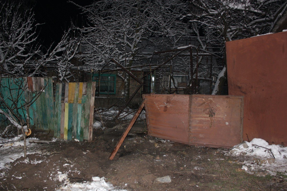 На спуске по Херсонской длинномер MAN снес забор и въехал во двор