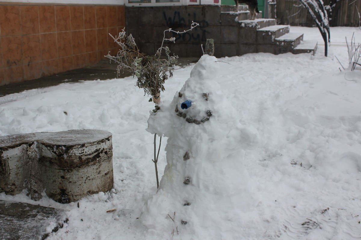 Метешь-метешь, а снег все падает и падает
