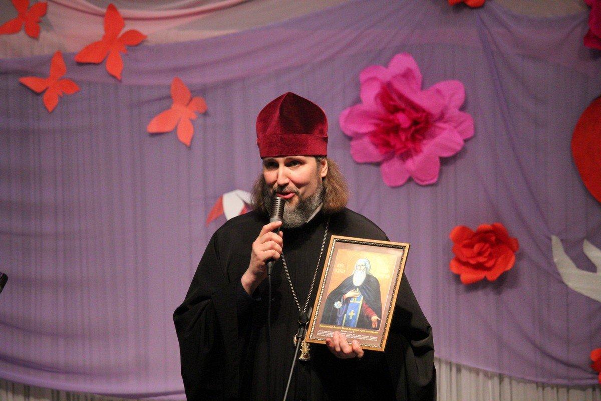 Протоиерей Николай Морущак сказал теплые слова и благославил в подарок икону