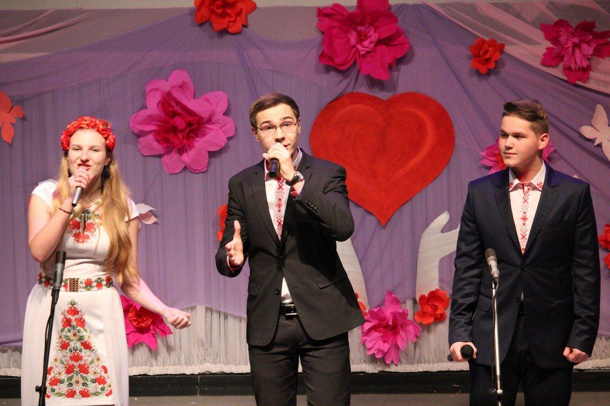 Мелодичные голоса участников ансамбля воскресной школы