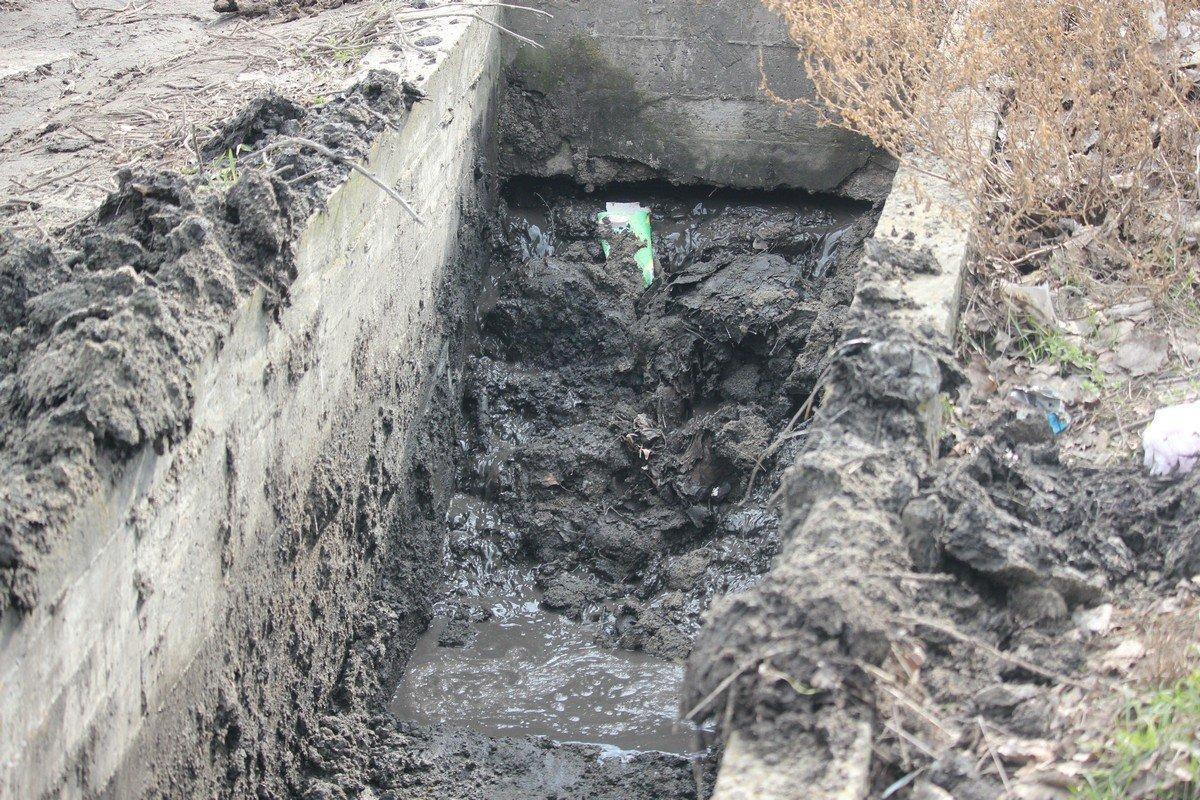 Канал до верху был заполнен грязью, его прочистили