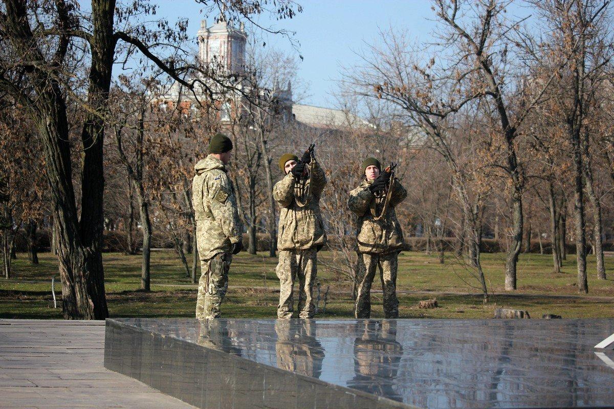 Тремя выстрелами салютной группы почтили память Небесной Сотни