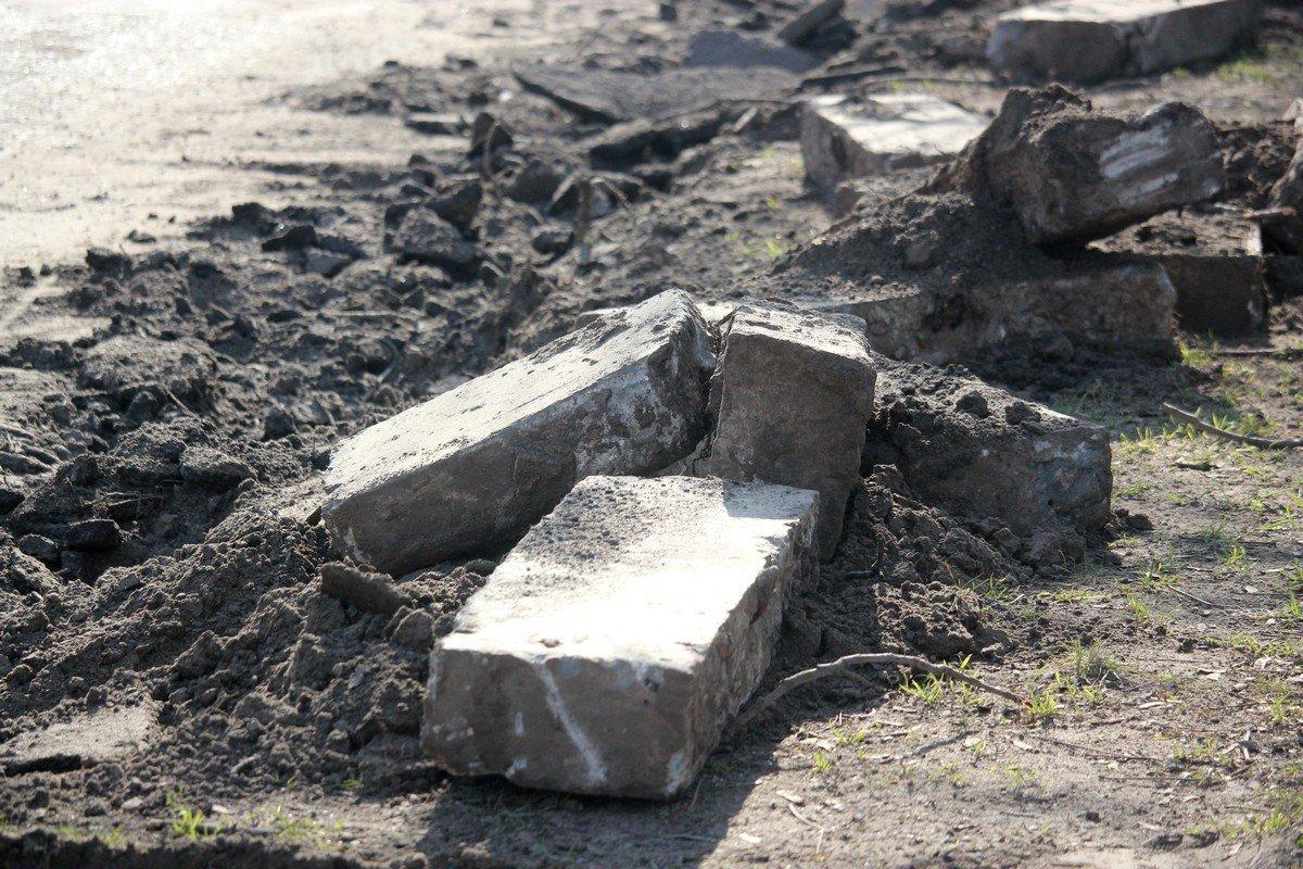 Старые бордюры сорваны и лежат на краю дороги