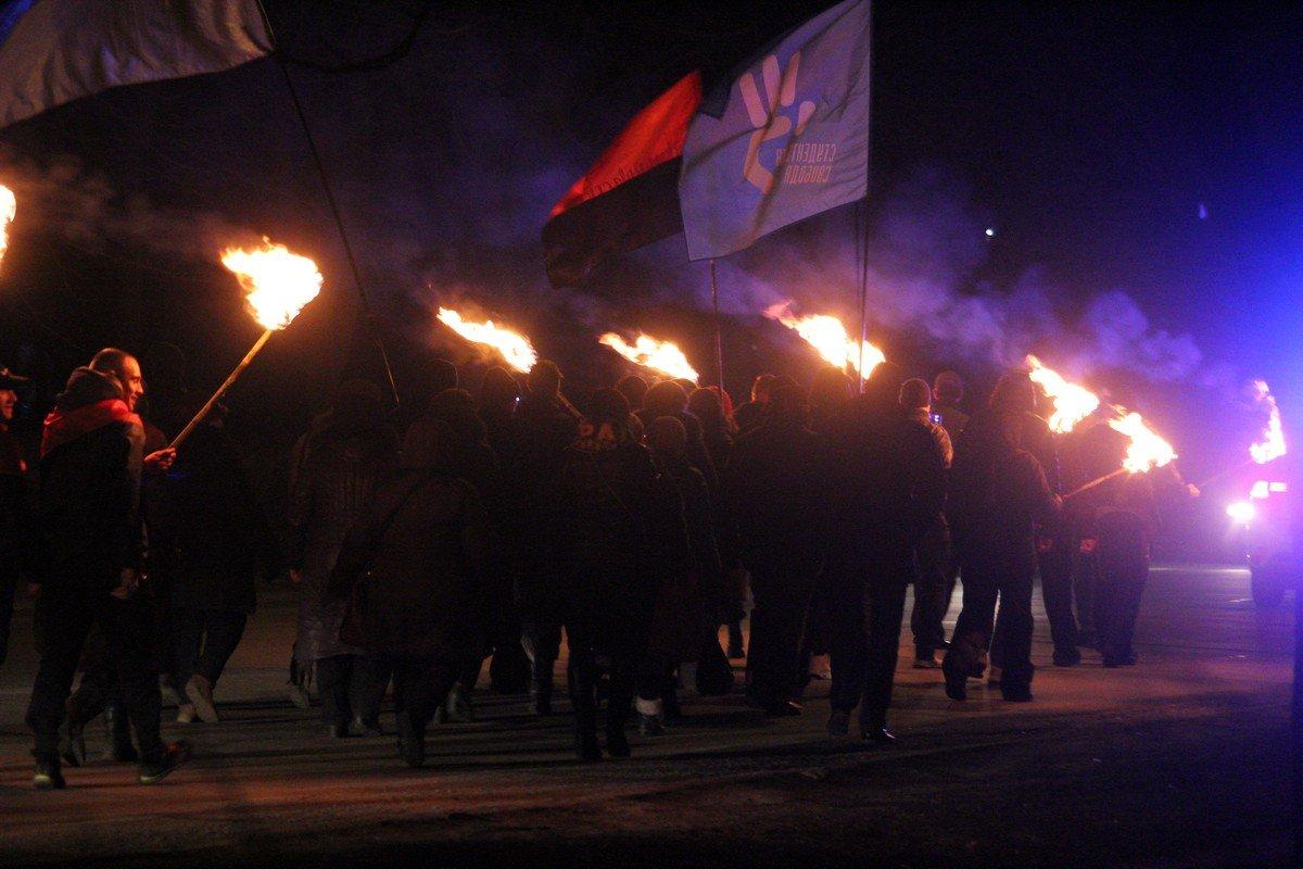 """Во время факельного шествия патриоты скандировали: """"Героям слава!"""""""