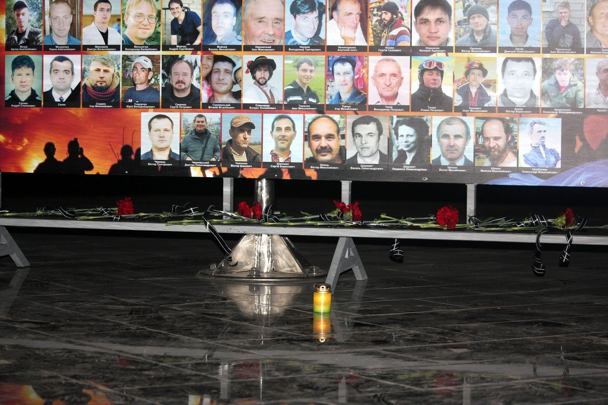 Около мемориала «Защитник Украины» зажгли «Свечу памяти» по погибшим