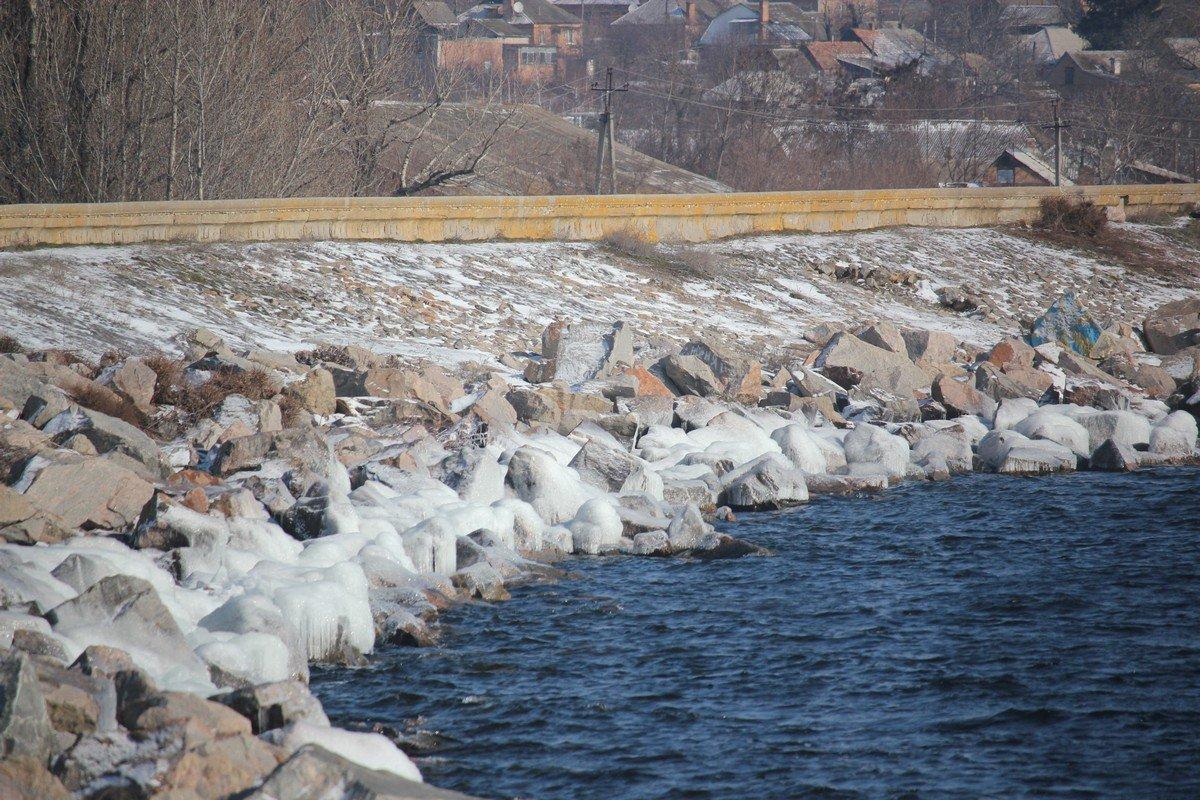 Волны замерзают разбиваясь о камни