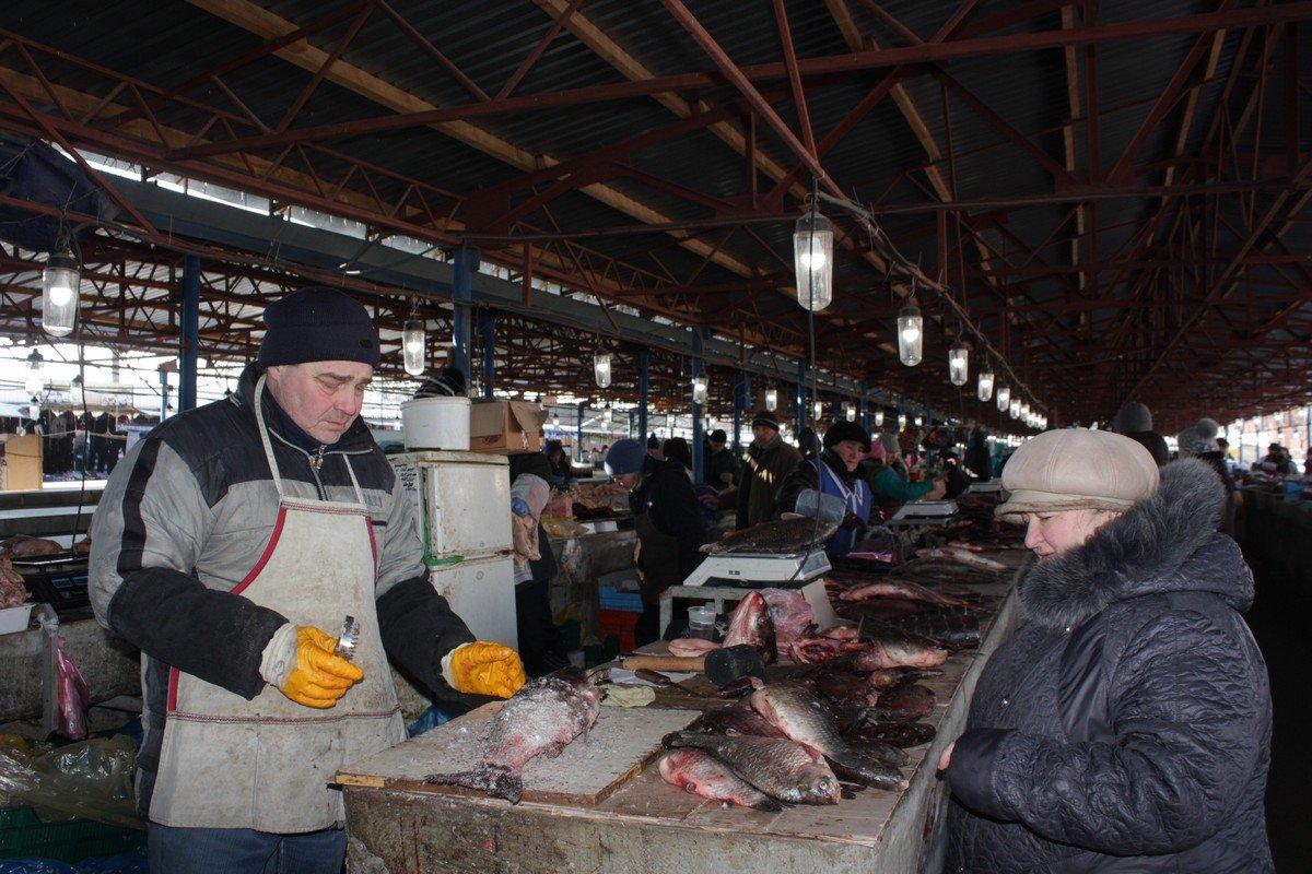 Процесс чистки рыбы