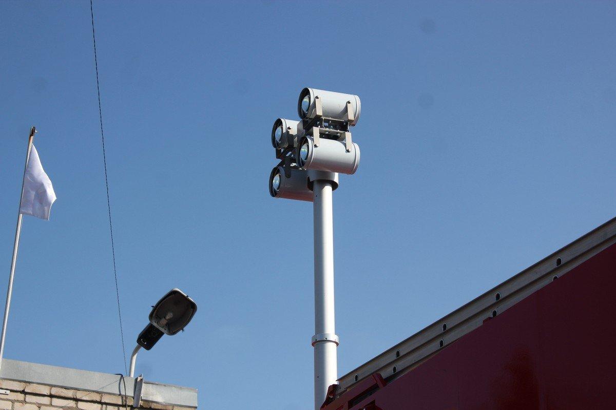 Фонари для работы в темное время суток, стрела выдвигается на высоту до 4-х метров и вращается на 360 градусов