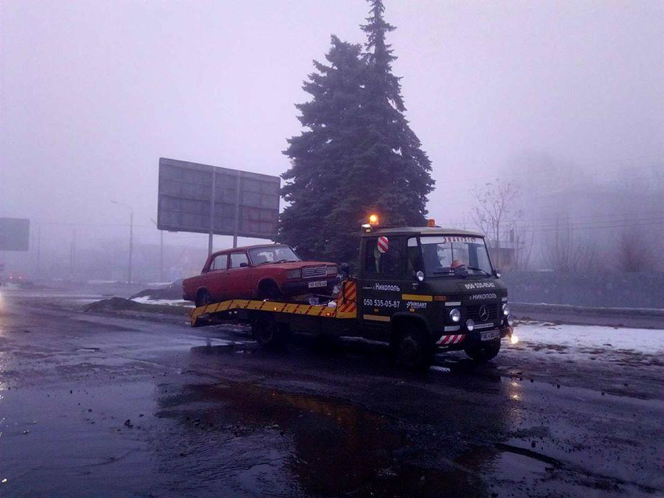 С центральной дороги автомобиль эвакуировали около 18:00