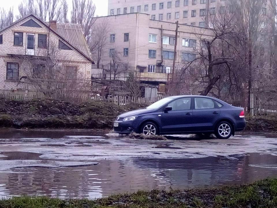 Машины утопают в воде и проваливаются колесамиямы