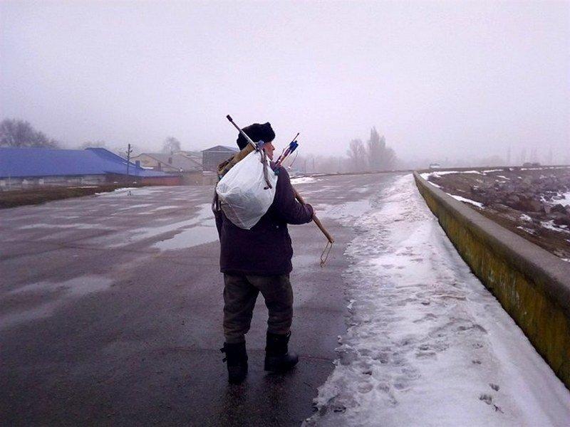 Даже во время оттепели рыбаки идут на лед