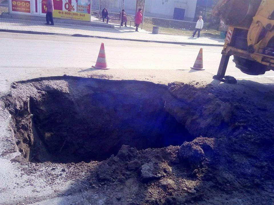 Чтобы проверить нет ли утечки воды, коммунальщики вырыли котлован