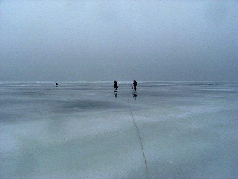 На дамбе толщина льда всего 7 сантиметров