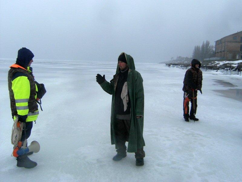 Даже после беседы со спасателями рыбаки остались на льду