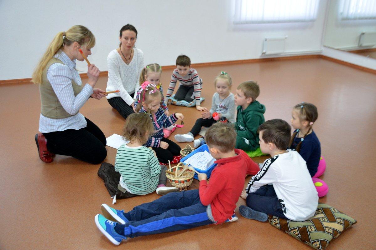 Во время занятий дети поют, танцуют, играют