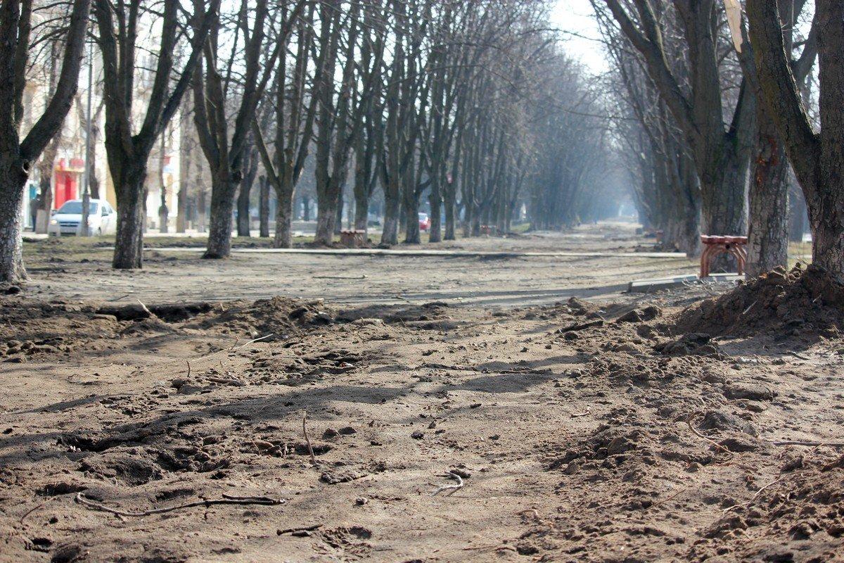 После демонтажа труб поверхность земли так и не выровняли