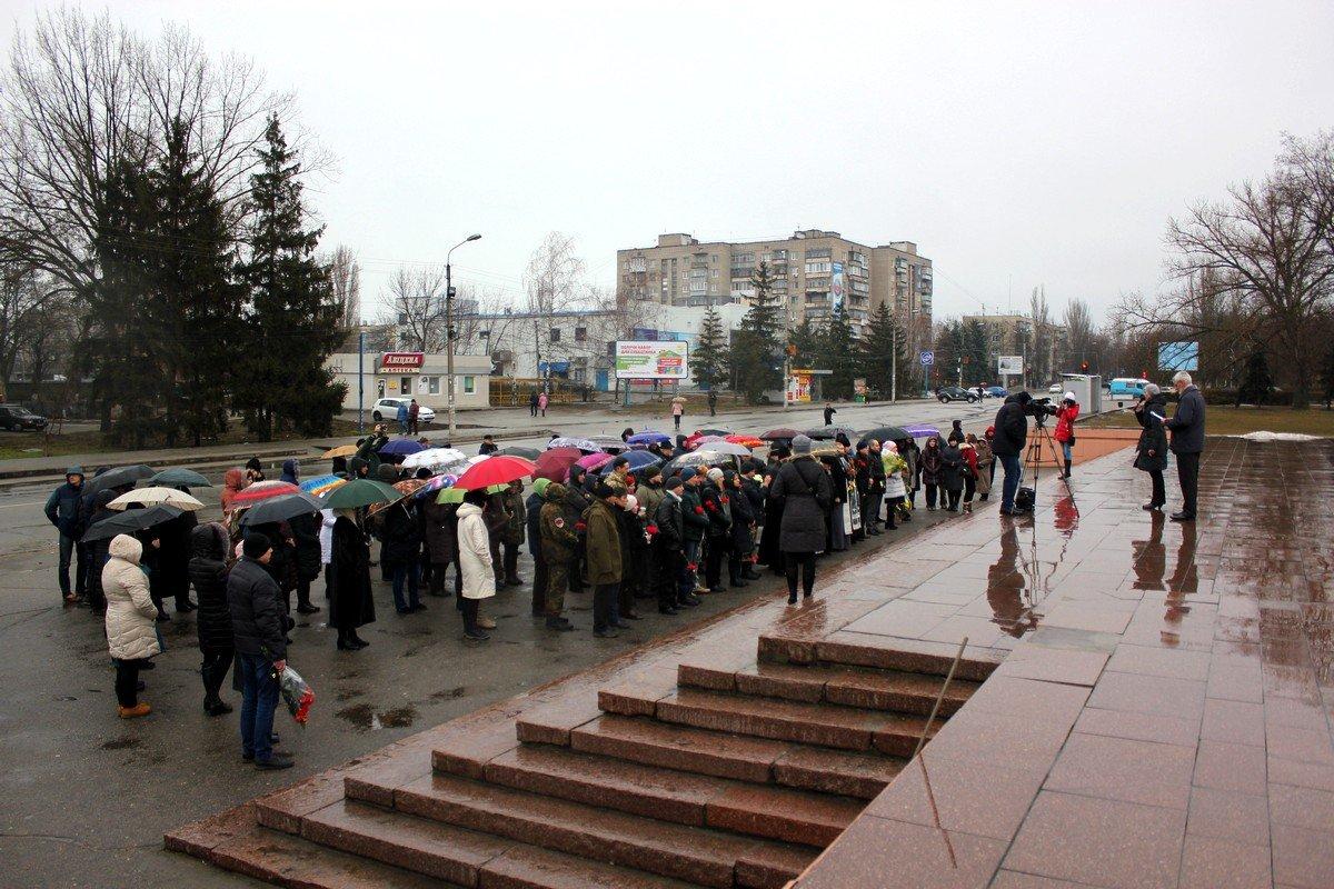 Несмотря на дождь, к памятнику защитникам Украины пришли около сотни горожан