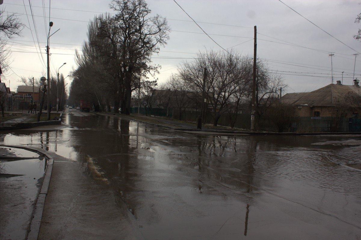 """Вот такой """"пруд"""" образовался после таяния снега на пересечении улиц Героев Чернобыля и Бориса Мозолевского"""
