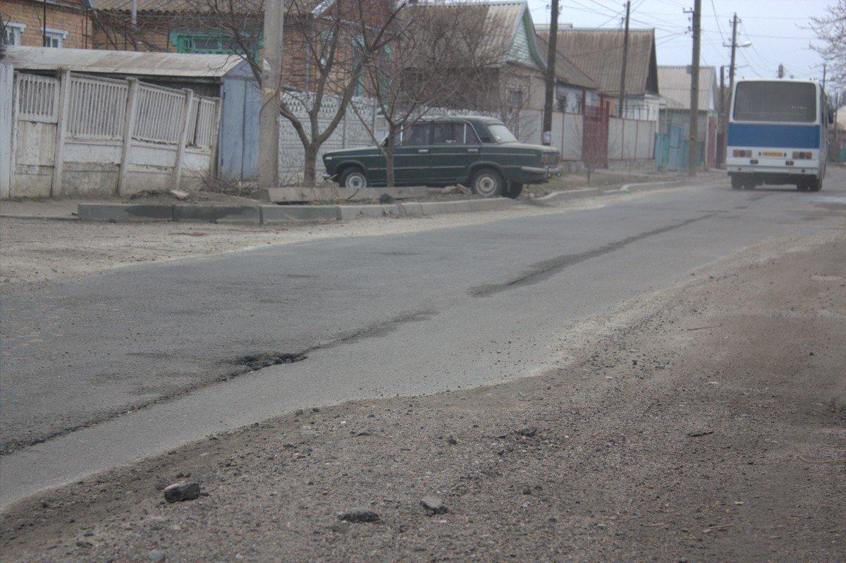 Улица Довгалёвская, которую сделали капитально в прошлом году областные подрядчики, уже с ямами