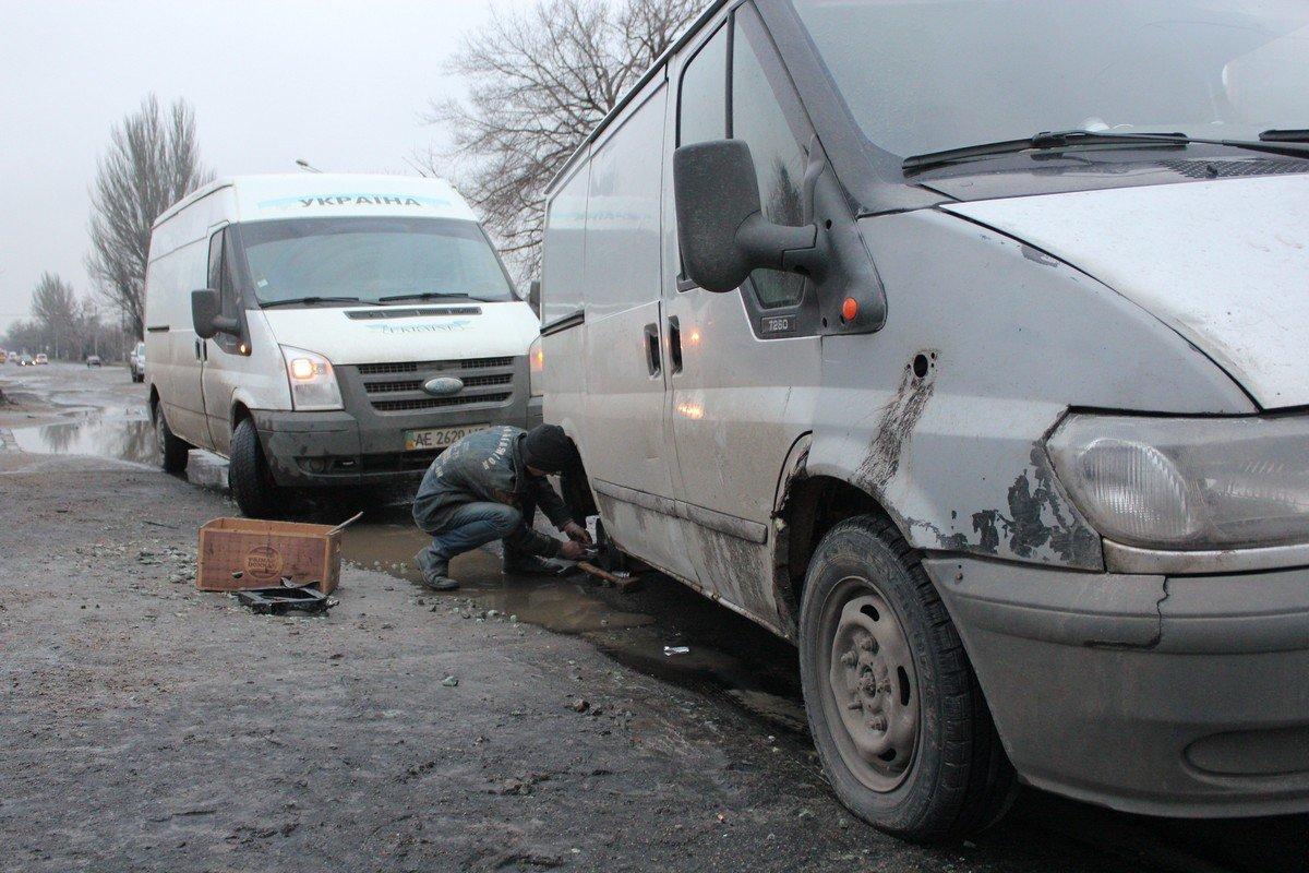 Водитель не увидел яму, которая скрывалась под лужей