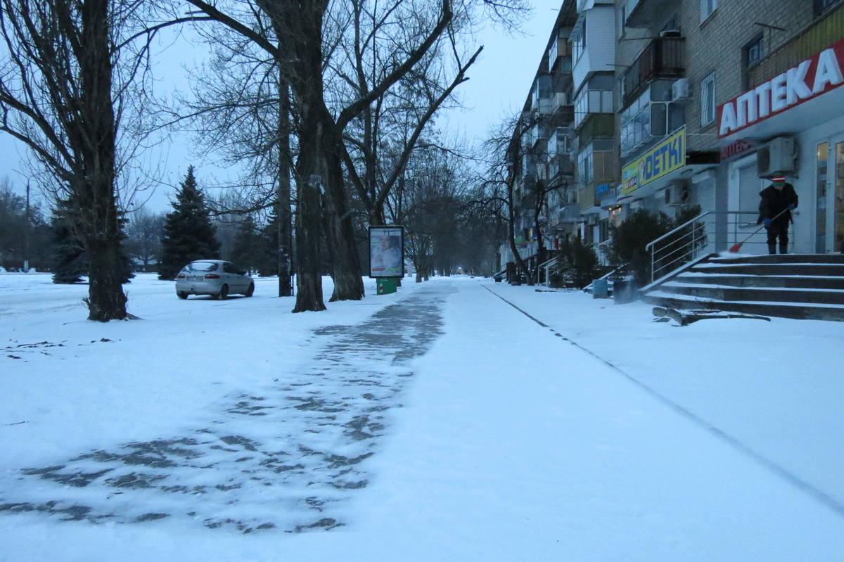Тротуары расчищают, потом посыпают смесью