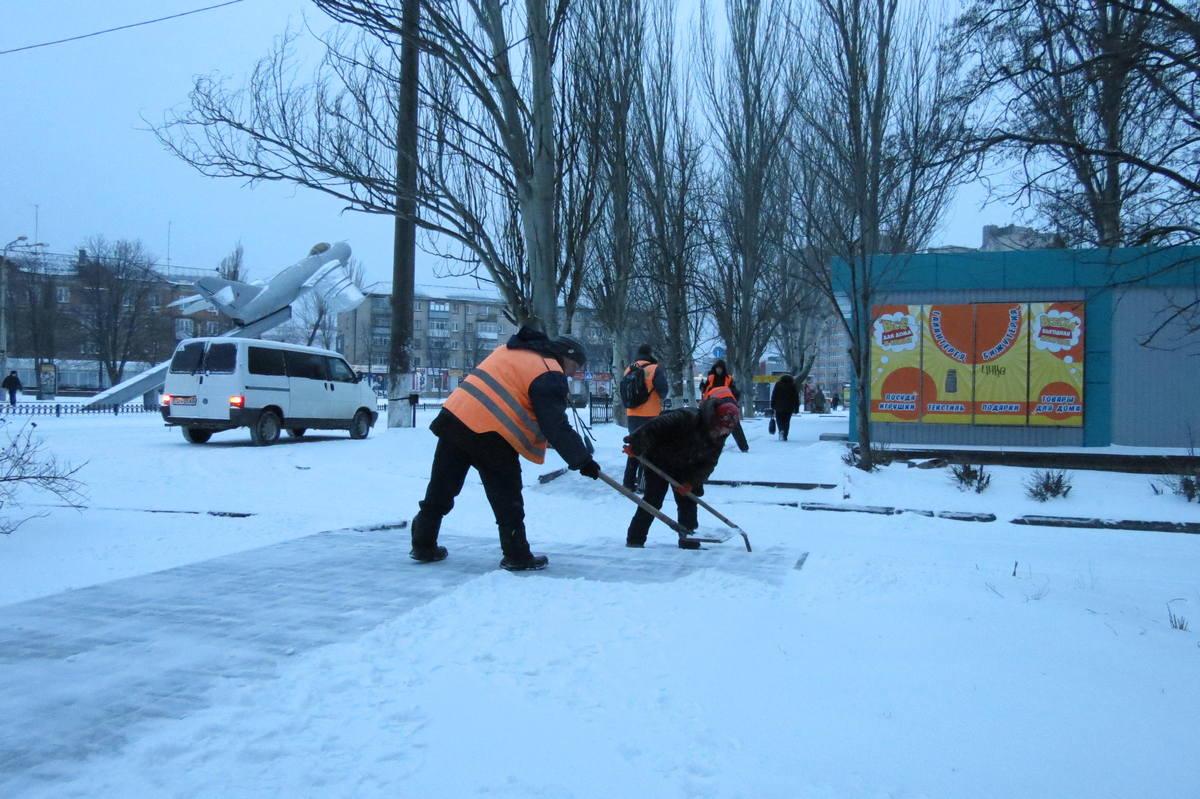 Коммунальщики чистят тротуары