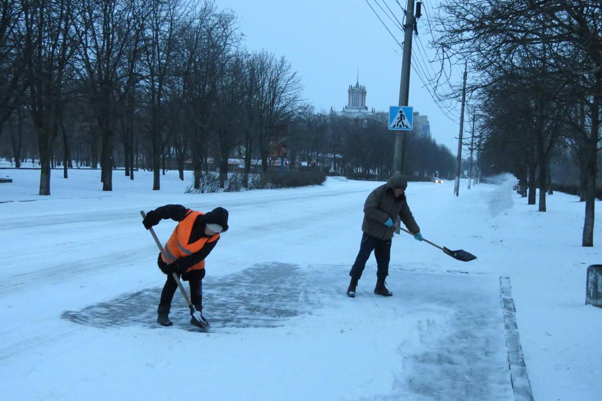 Коммунальщики расчищают автобусные остановки