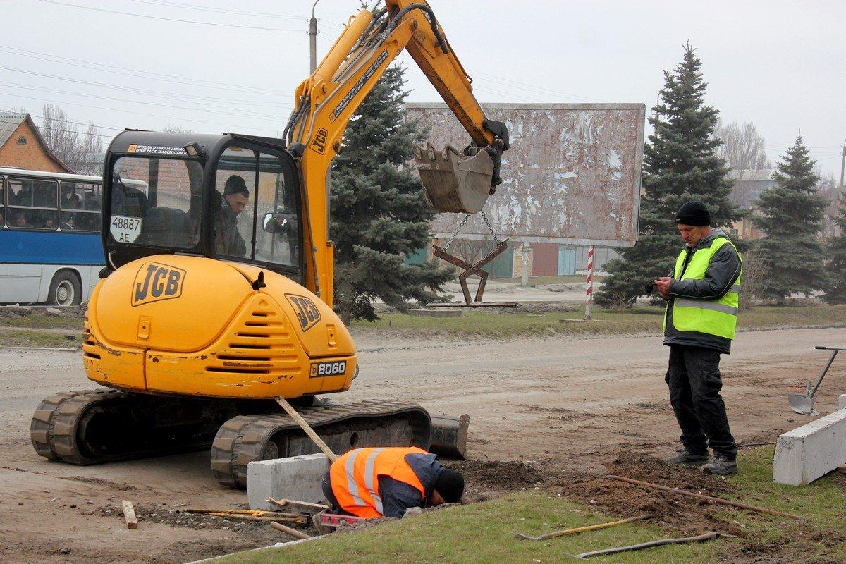 После того, как установят новые бетонные блоки начнут стелить асфальт
