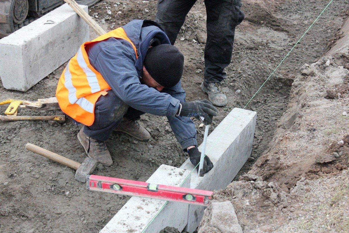 До конца апреля строители спешат установитьновые бордюры