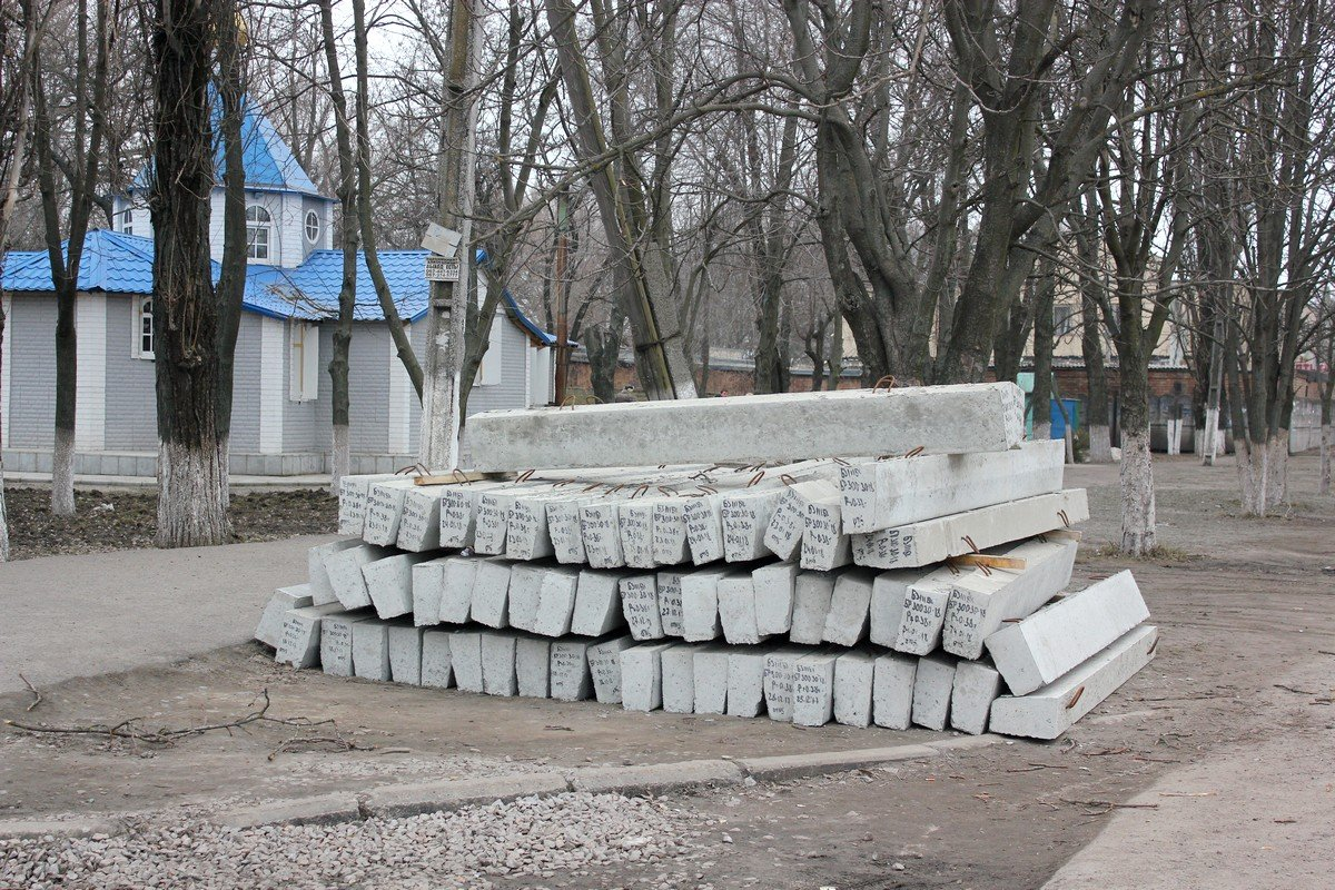 Вскоре на смену разбитым бетонным блокам на Электрометаллургов придут новые бордюры