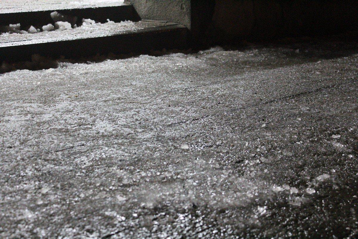 На тротуарах лед