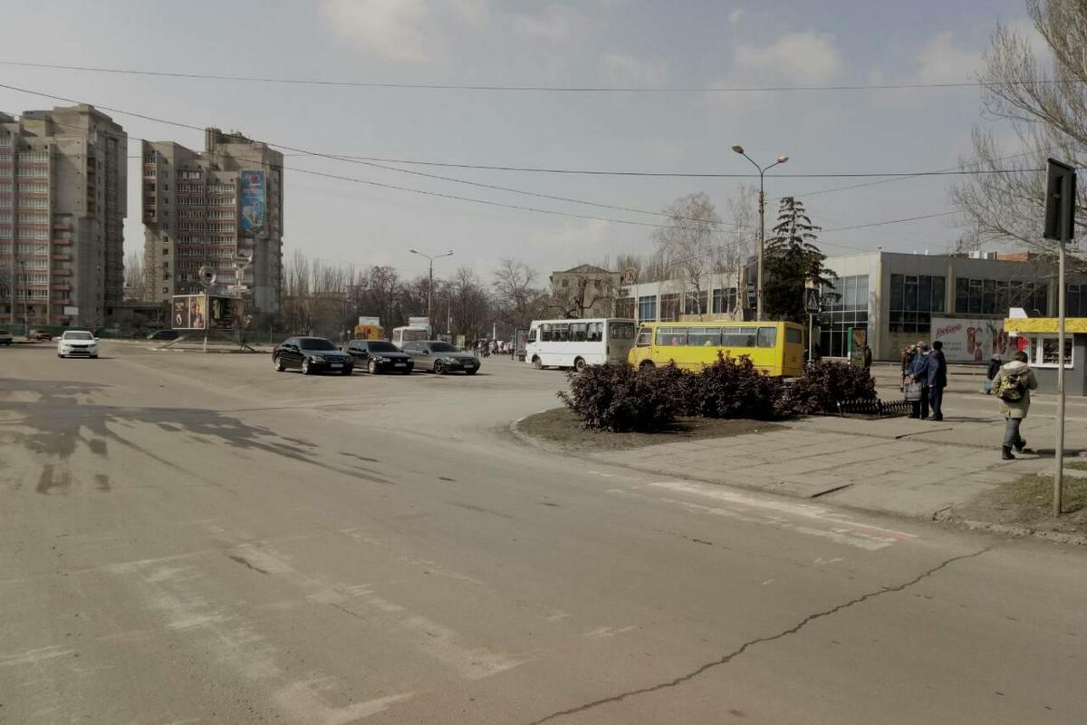 Неизвестные припарковали авто на перекрестке