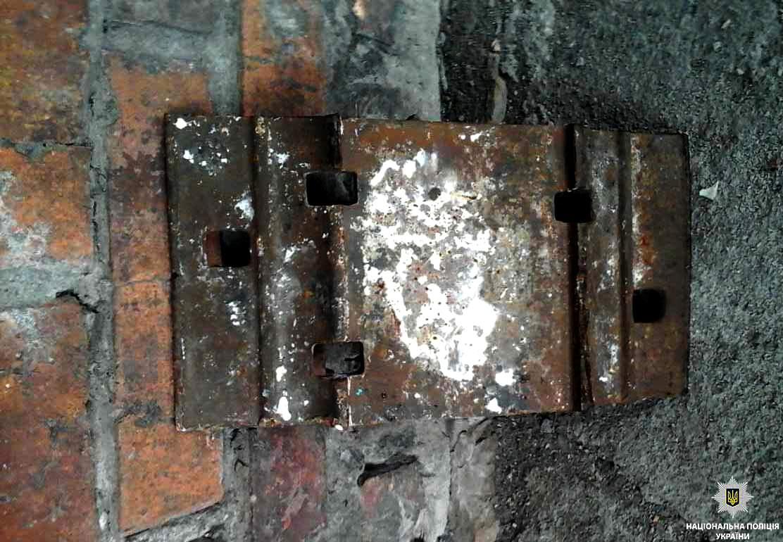 В Никополе мужчины разбирали рельсы и сдавали их на металлолом