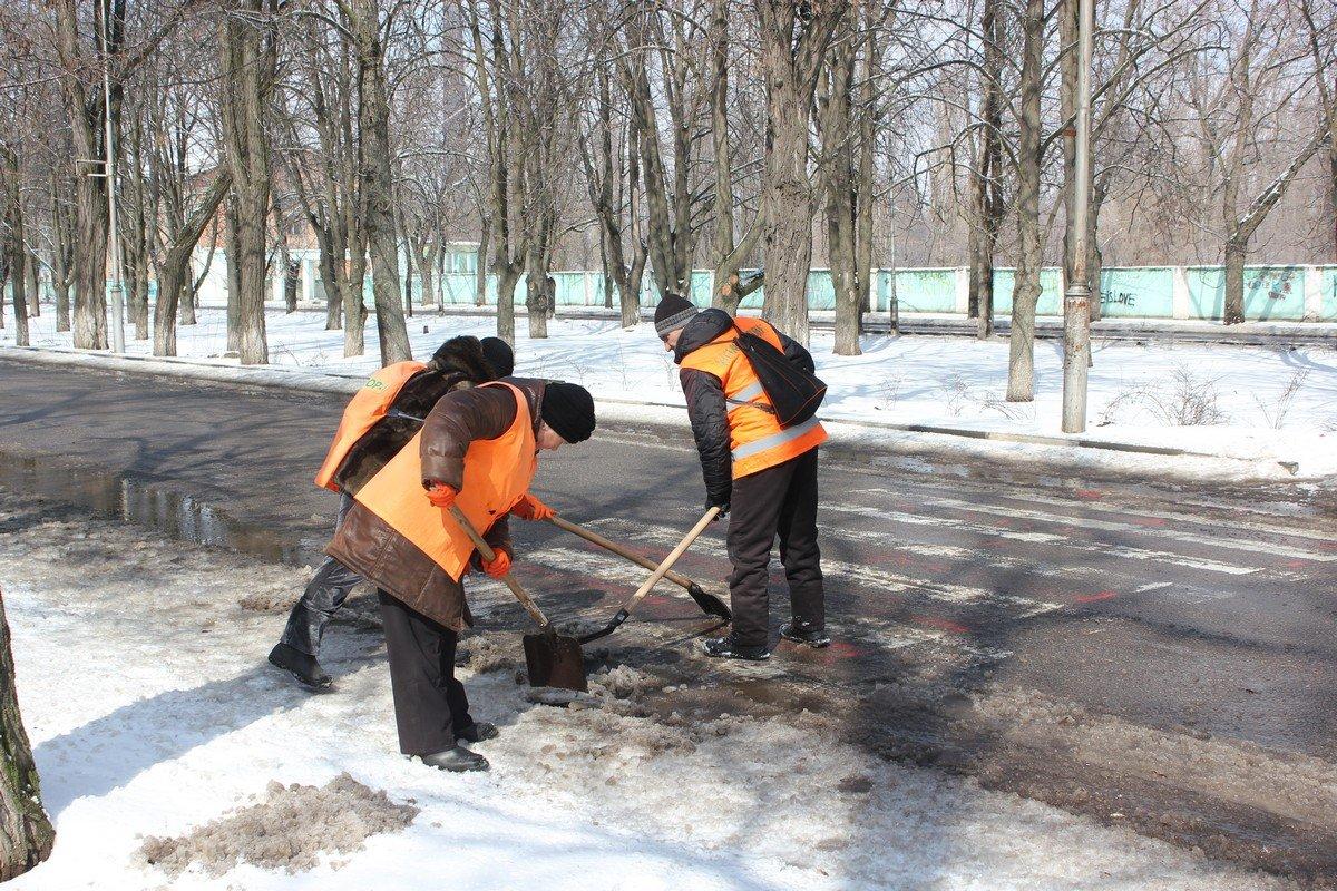 Пешеходные переходы коммунальщики расчищают вручную