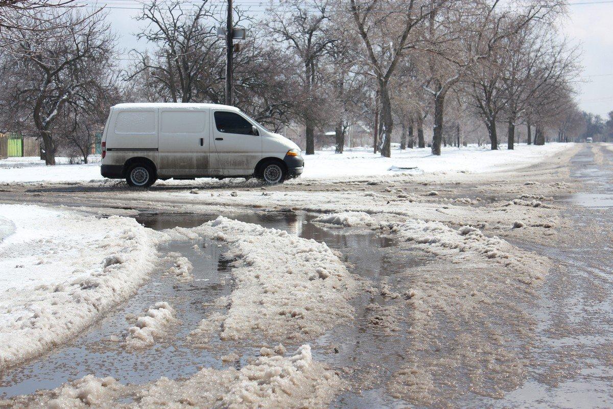 На перекрестках снег с водой